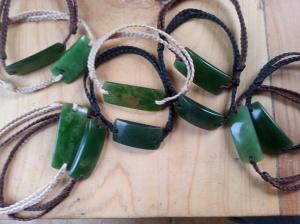 Ces bracelets d'une pureté et d'une simplicité , évoque le lien avec la nature , avec les rivières de jade sacré de Nouvelle Zélande  Aussi bien masculin que féminin